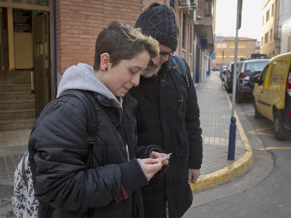 Gabriel posa con su DNI a su salida de la Comisaría de Calatayud.