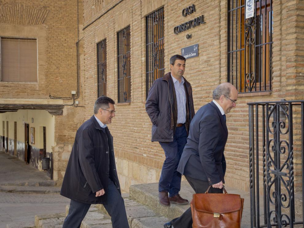 El alcalde de Cosuenda, Óscar Lorente, con las manos en los bolsillos, a su llegada este miércoles al juzgado de Daroca.