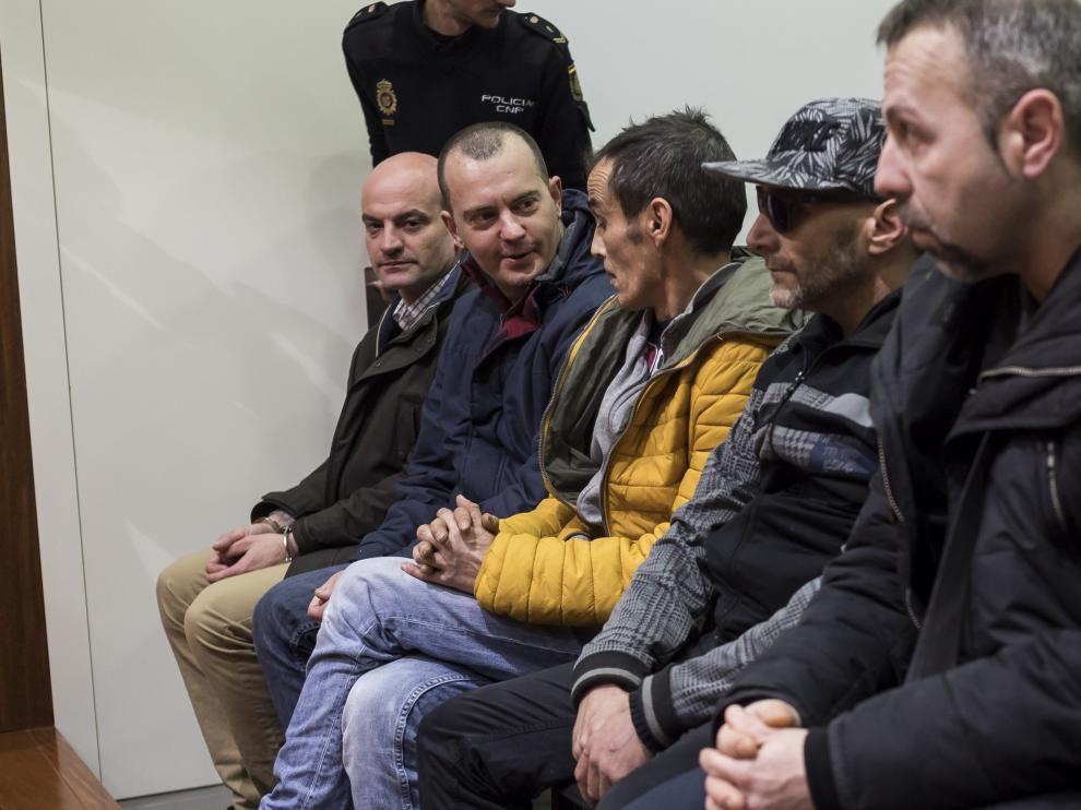 Los acusados, en el banquillo, en el momento en que comenzaba el juicio en la Audiencia de Zaragoza. Al fondo, en la esquina, Javier Gallego Aisa.