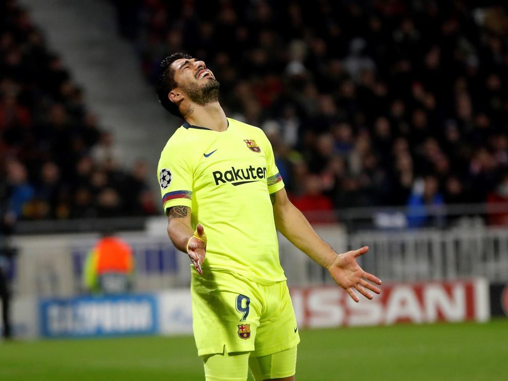 Luis Suarez del Barcelona reacciona durante el partido por los octavos de final de la Liga de Campeones de la UEFA entre el FC Barcelona y el Olympique de Lyon, este martes, en el estadio Groupama de Decines-Charpieu, cerca de Lyon (Francia).
