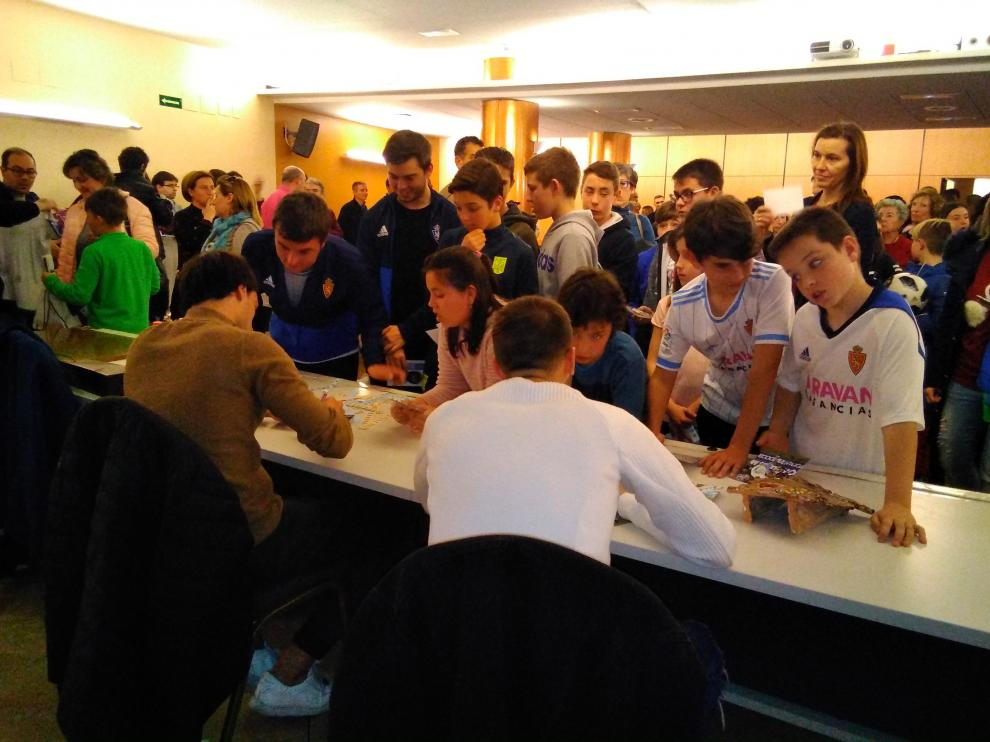Los jugadores han firmado fotos y camisetas a los aficionados turiasonenses.