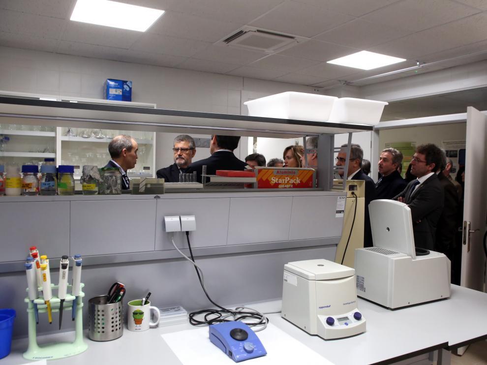 Las autoridades académicas y los responsables políticos vistan uno de los nuevos laboratorios de la Politécnica de Huesca.