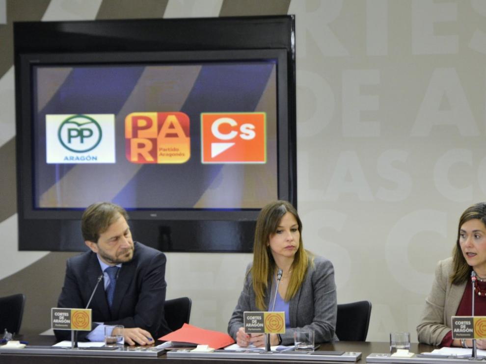 Fernando Ledesma (PP), María Herrero (PAR) y Susana Gaspar (Cs), este miércoles, durante su comparecencia pública.