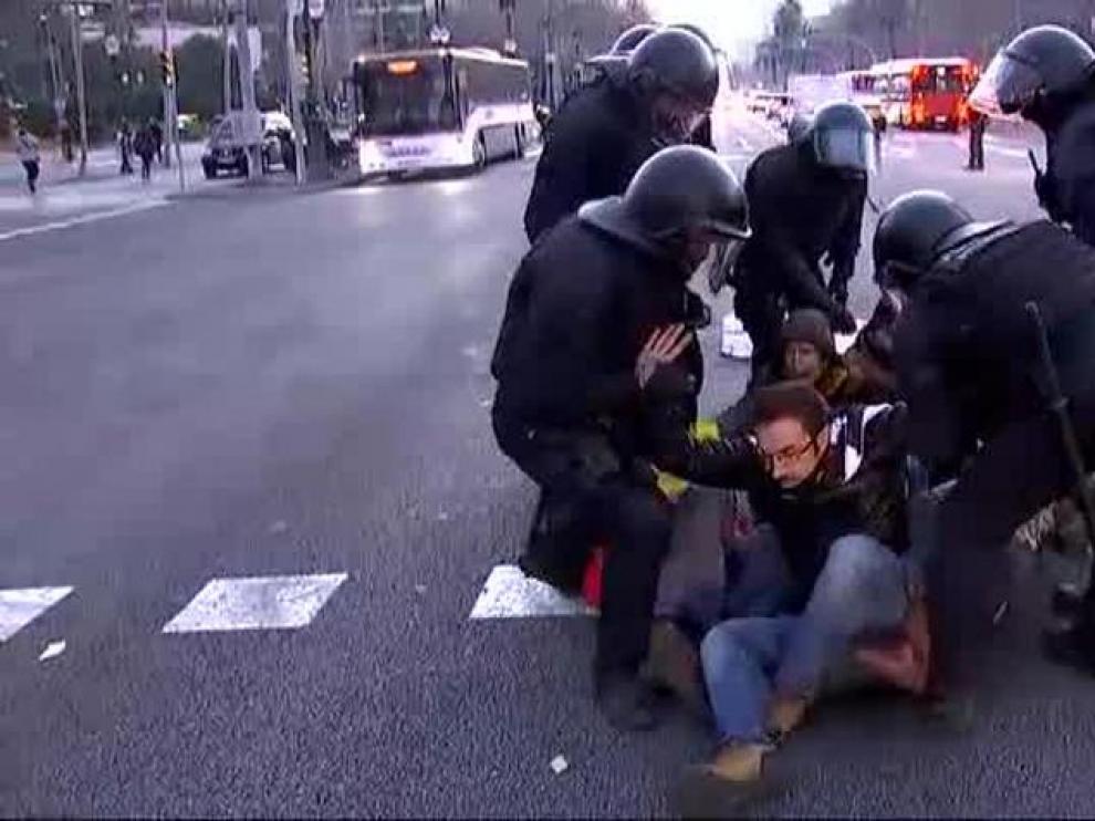 Los Mossos desalojan a los manifestantes que cortaban la Diagonal en Barcelona