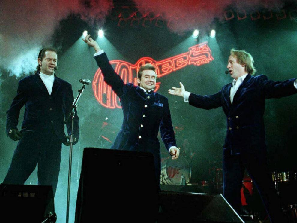 Peter Tork con su banda en un concierto.