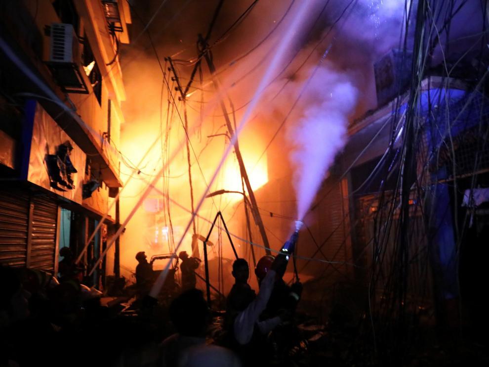 Mueren 70 personas en el incendio de una zona residencial en Daca