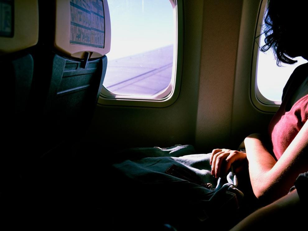 Ambas compañías aéreas permiten solo acceder al avión con un bolso pequeño que debe ser alojado bajo el asiento delantero.