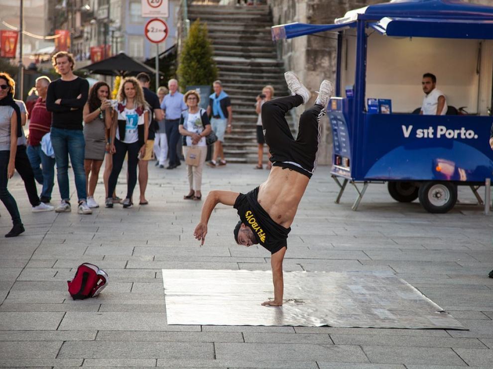 Foto de archivo de un joven bailando 'breakdance'