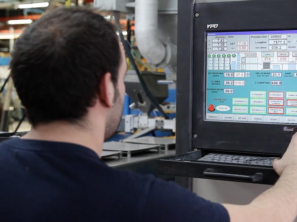 Un empleado de Cablescom en la planta de Malpica.