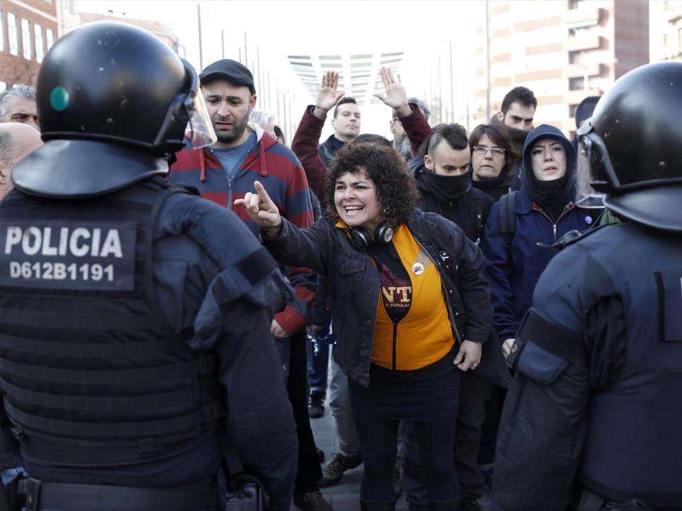 Efectivos de los Mossos controlan a los huelguistas.