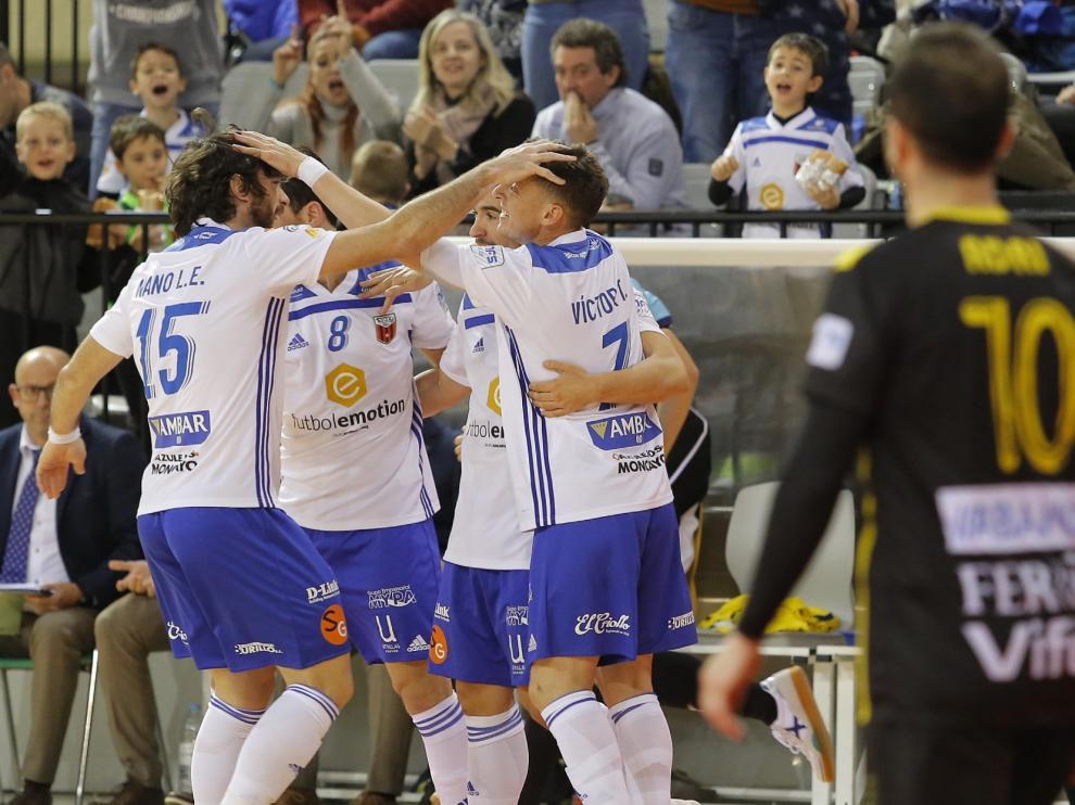 Los jugadores del Fútbol Emotion celebran un gol en un partido de este curso