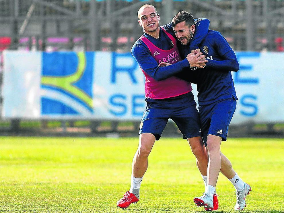 Pombo y Alberto Benito bromean en un entrenamiento del Real_Zaragoza