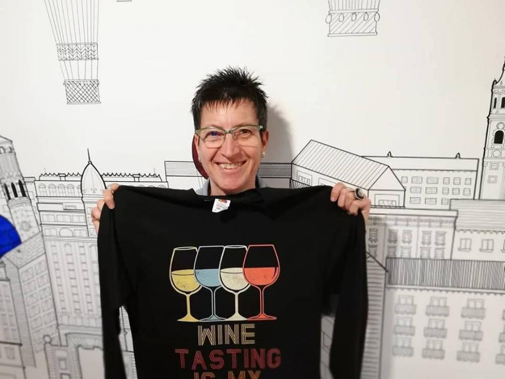 Eugenia Blanco, propietaria de El Sitio de Eugenia, con una camiseta que se vende en su tienda.