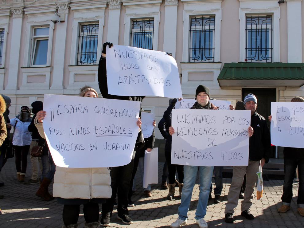 Familias españolas concentradas este lunes frente al consulado de España, en Kiev.