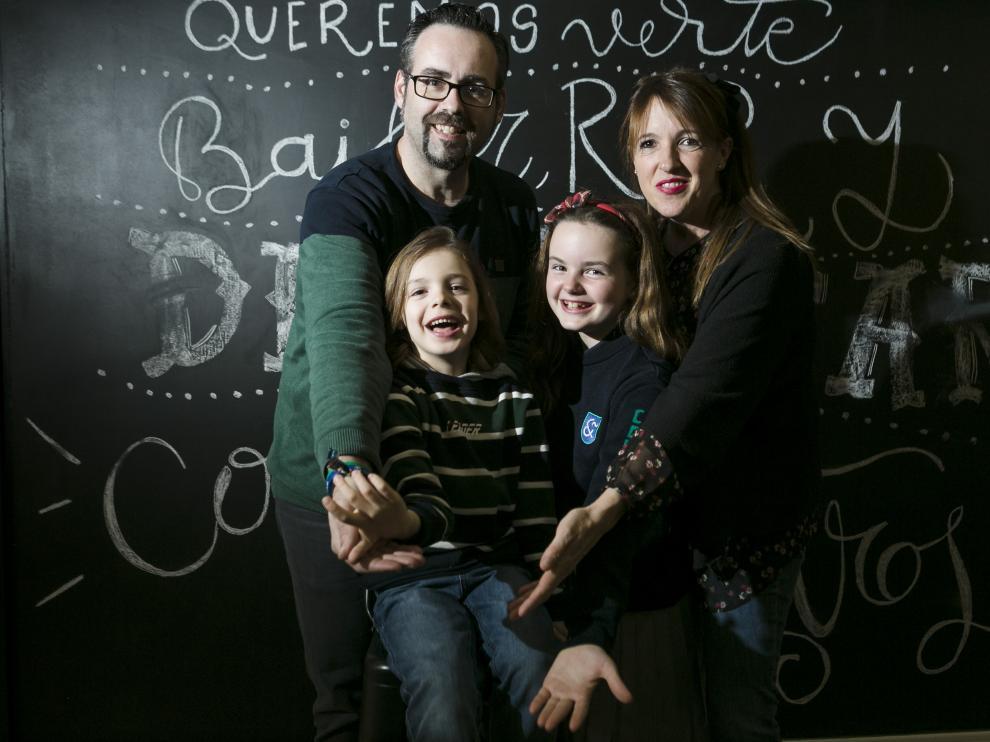 Álvaro junto a sus padres, Mercedes y Daniel, y su hermana, Daniela.