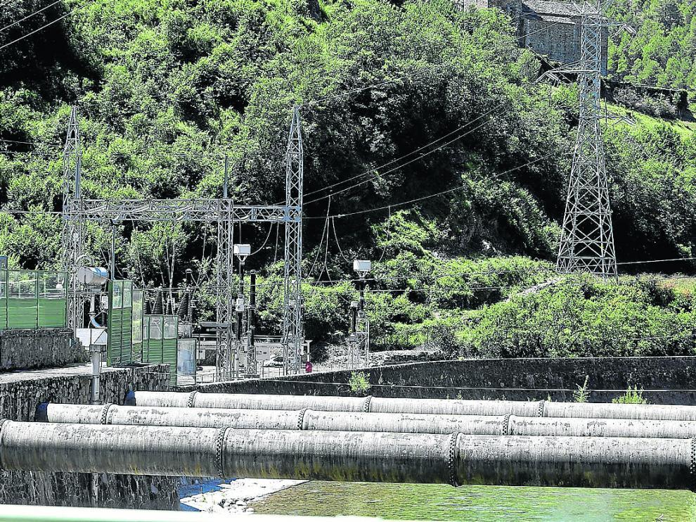 Instalaciones de la central eléctrica de Lafortunada, de donde salen varias líneas.