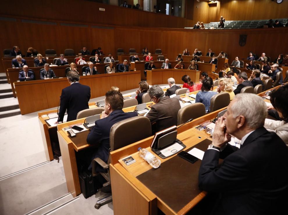 Tensión en las Cortes de Aragón tras la reprobación del Gobierno de Lambán