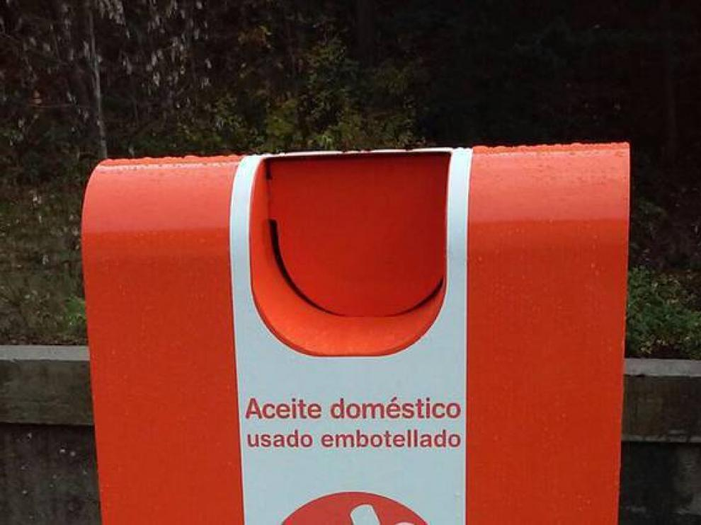 Los contenedores de reciclaje de aceite se suelen identificar con el color naranja.