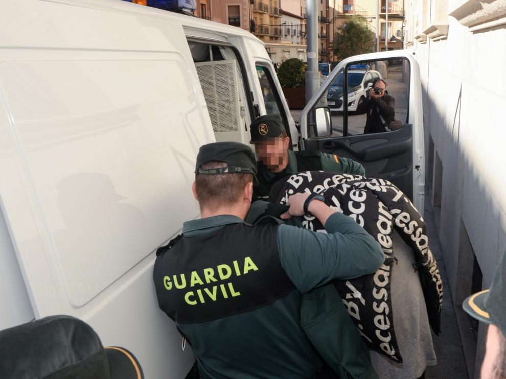 Uno de los procesados sube al furgón policial que lo llevará a la cárcel tras haber declarado ante el juez.