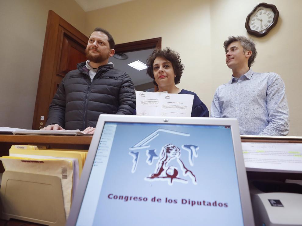 La secretaria de Acción Institucional de Podemos, Gloria Elizo, junto a otros diputados, registran en el Congreso una iniciativa para luchar contra las puertas giratorias.