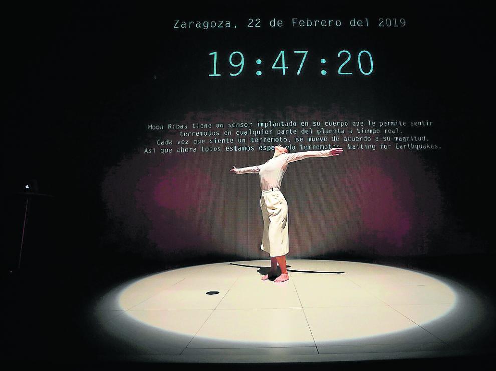 Moon Ribas responde con la danza a un terremoto ayer, en Etopia.