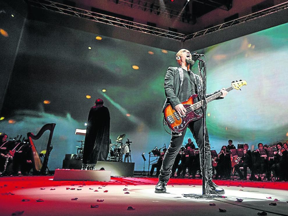Carlos Escobedo (bajista y cantante de Sôber) en plena acción.