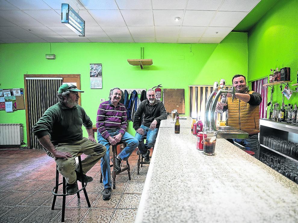 José Manuel, José Tomás, José Ignacio y Remus, en el bar de Villar.