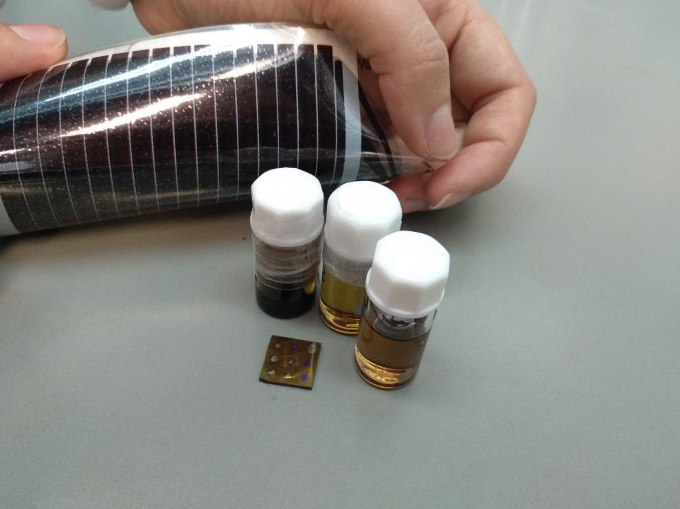 Disoluciones de nanosemiconductores, celda solar sobre sustrato rígido y celda solar flexible