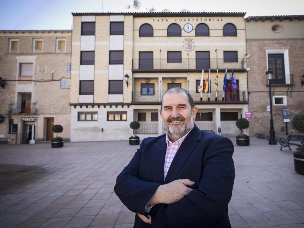 El alcalde de Pedrola, frente al ayuntamiento.