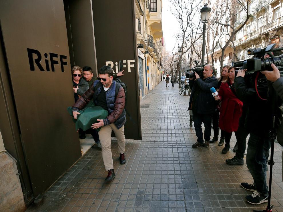 Dos inspectores salen del restaurante Riff de Valencia, con una estrella Michelin y que ha sido clausurado tras morir una persona, el pasado martes.
