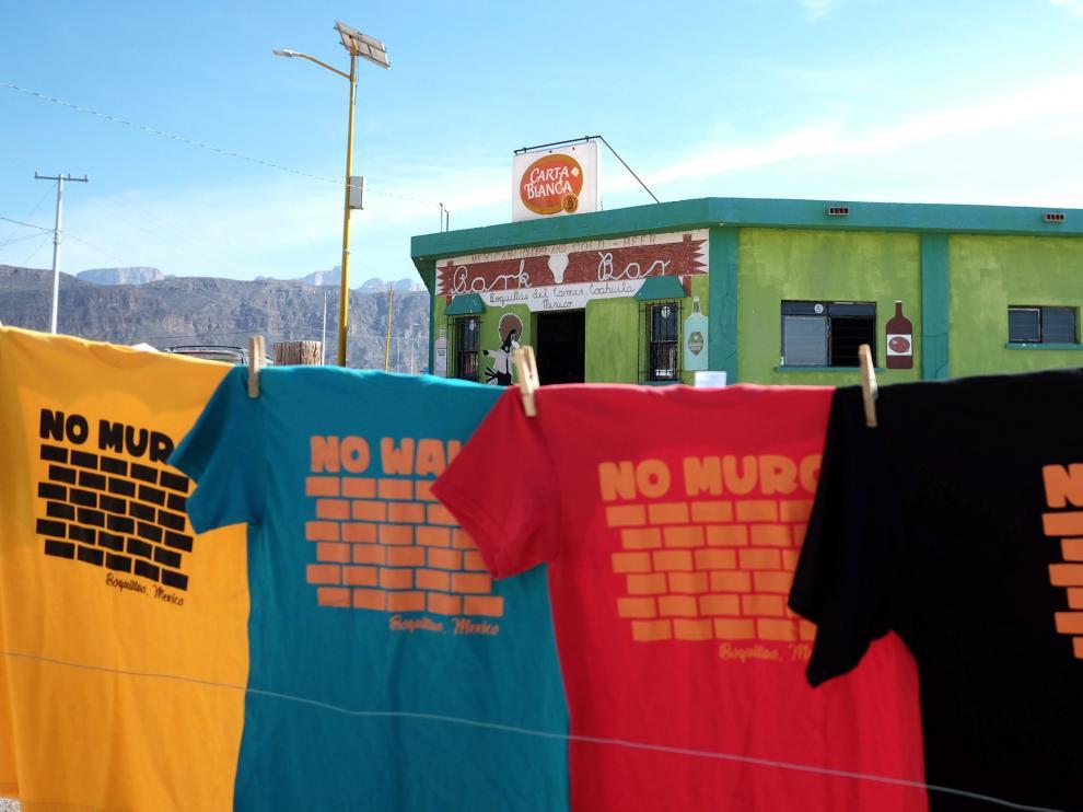 Camisetas contra el muro de Trump en Boquillas (México).