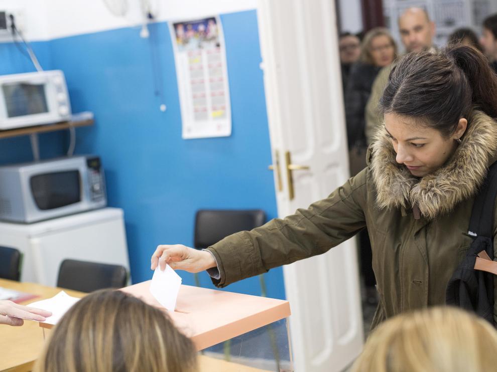 Votaciones por la jornada continua celebradas el año pasado en un colegio de Zaragoza.