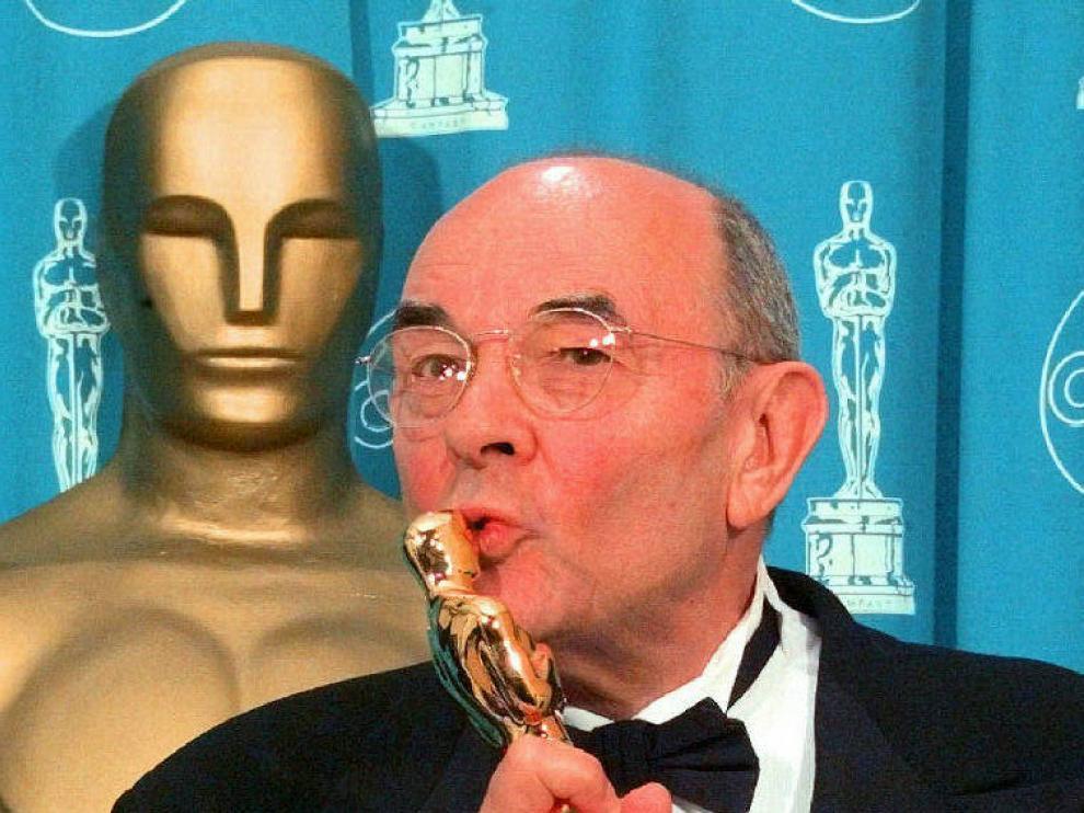 Stanley Donen, con su Óscar honorífico en 1998