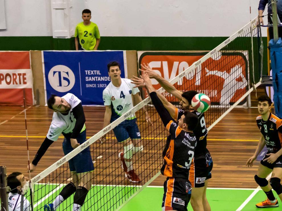 Un momento del partido disputado este sábado en Cantabria contra el Textil Santanderina.