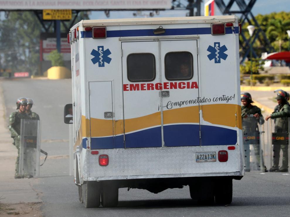 Una ambulancia cruza de Venezuela a Brasil.