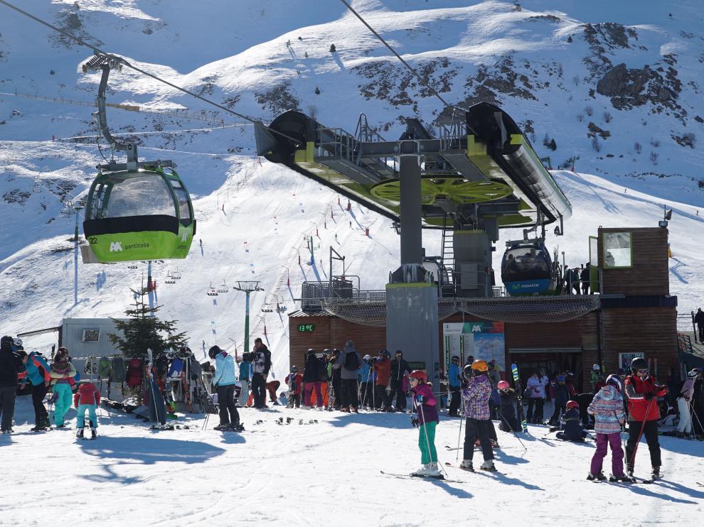 El sol y el buen tiempo han presidido este sábado la jornada de esquí. En la foto, Formigal.