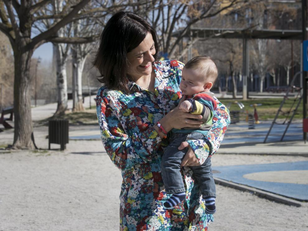 Azarel, con su hijo Sigur, de apenas cuatro meses.