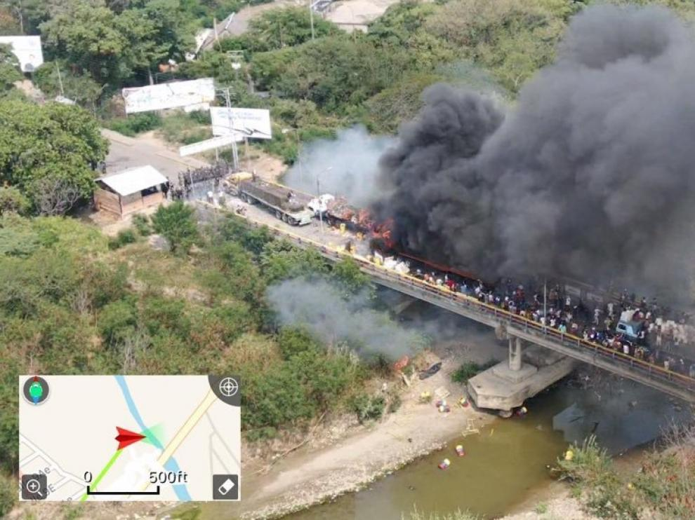 Quemados dos camiones con ayuda humanitaria en uno de los puentes de la frontera entre Colombia y Venezuela.