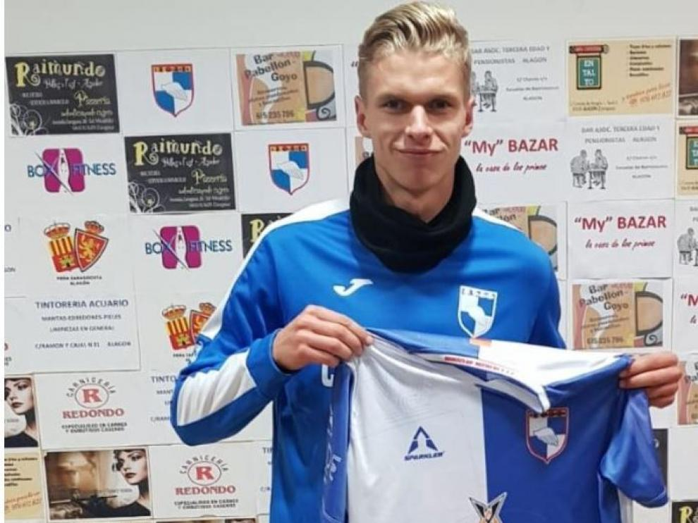 Preben Karlsen posa con la camiseta de su nuevo conjunto, el Villa de Alagón.