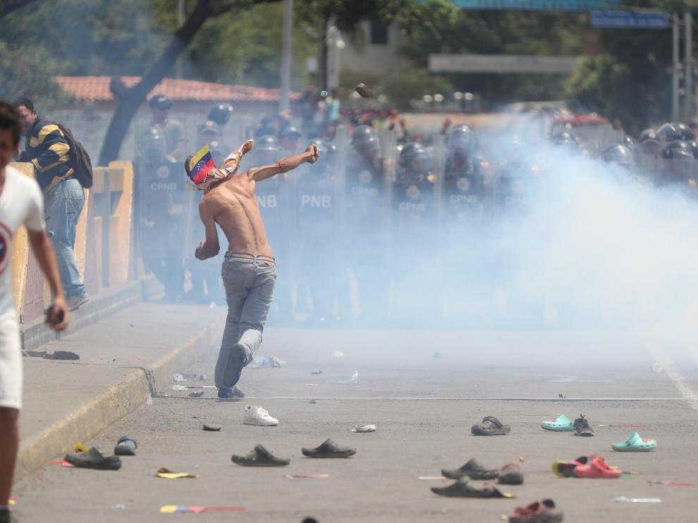 La Policía venezolana lanza gases lacrimógenos contra los cientos de civiles apostados en el Puente Internacional Simón Bolívar, este sábado, en Cúcuta (Colombia). La Policía venezolana impidió este sábado el paso del cordón humanitario que pretendía acompañar desde la ciudad colombiana de Cúcuta a varios camiones con ayuda humanitaria para Venezuela por el fronterizo Puente Internacional Simón Bolívar.