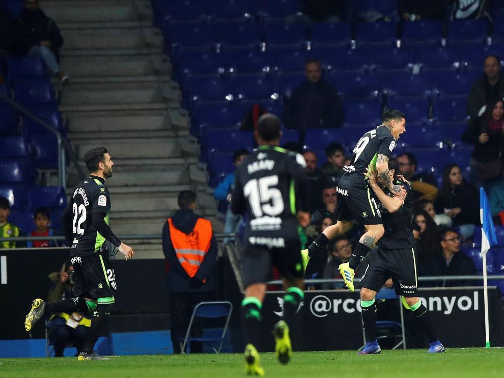 Etxeita celebra con sus compañeros el gol del empate ante el Espanyol.