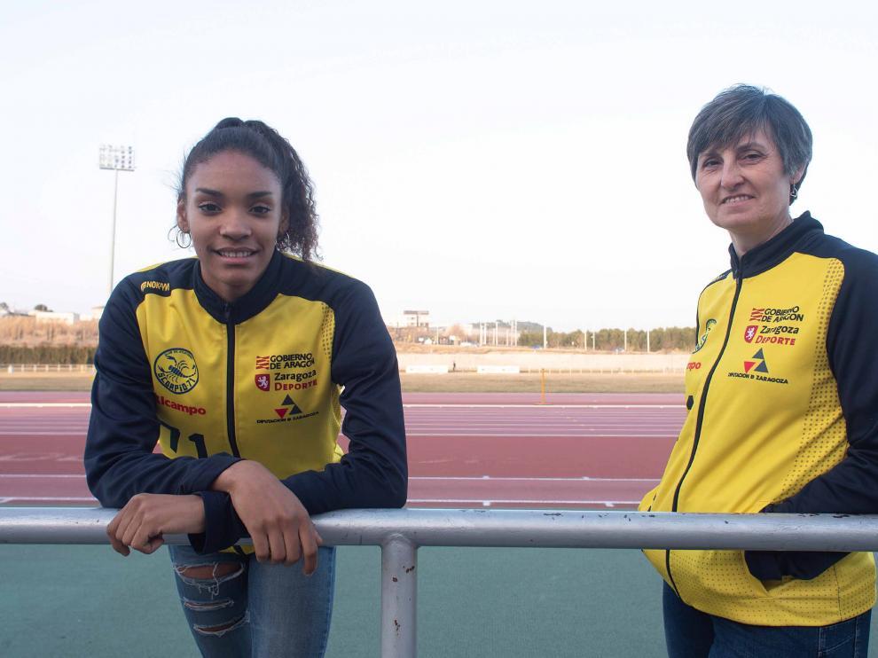 Salma Paralluelo y Esther Lahoz, el pasado miércoles, en la pista de atletismo 'Corona de Aragón'.
