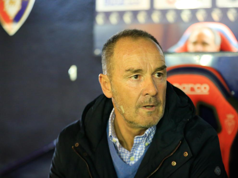 Víctor Fernández, entrenador del Real Zaragoza, en el banquillo de El Sadar.
