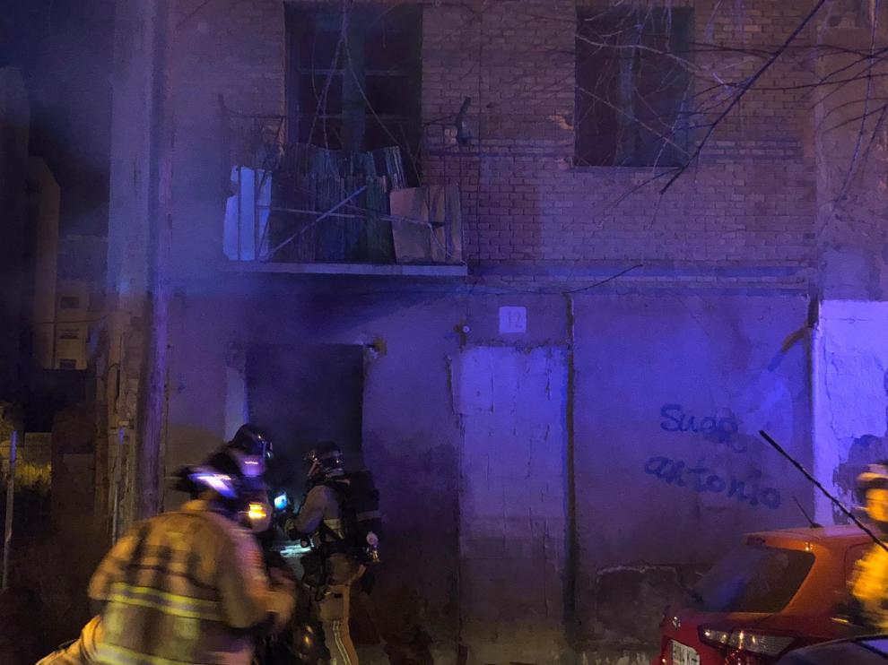 Los Bomberos de Zaragoza sofocan un incendio en la calle San Juan de la Luz