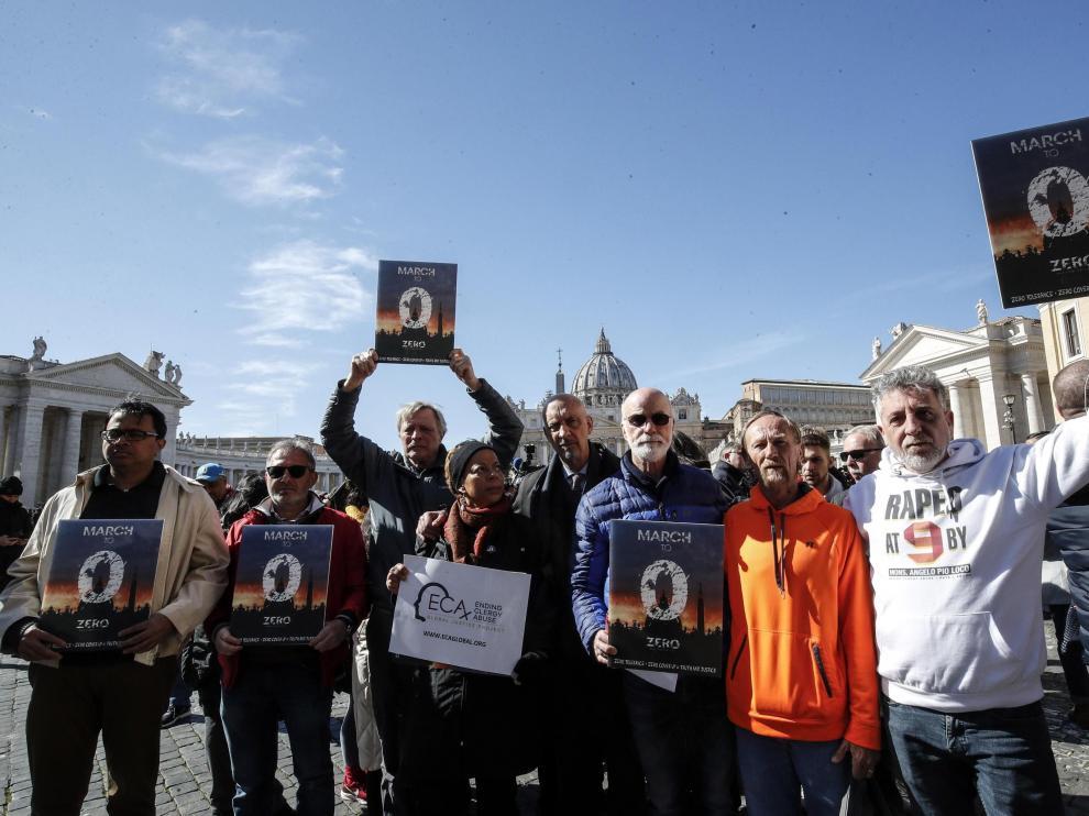 Activistas contra los abusos a menores cometidos por miembros de la Iglesia acuden al Vaticano durante la celebración de la cumbre antipederastia.
