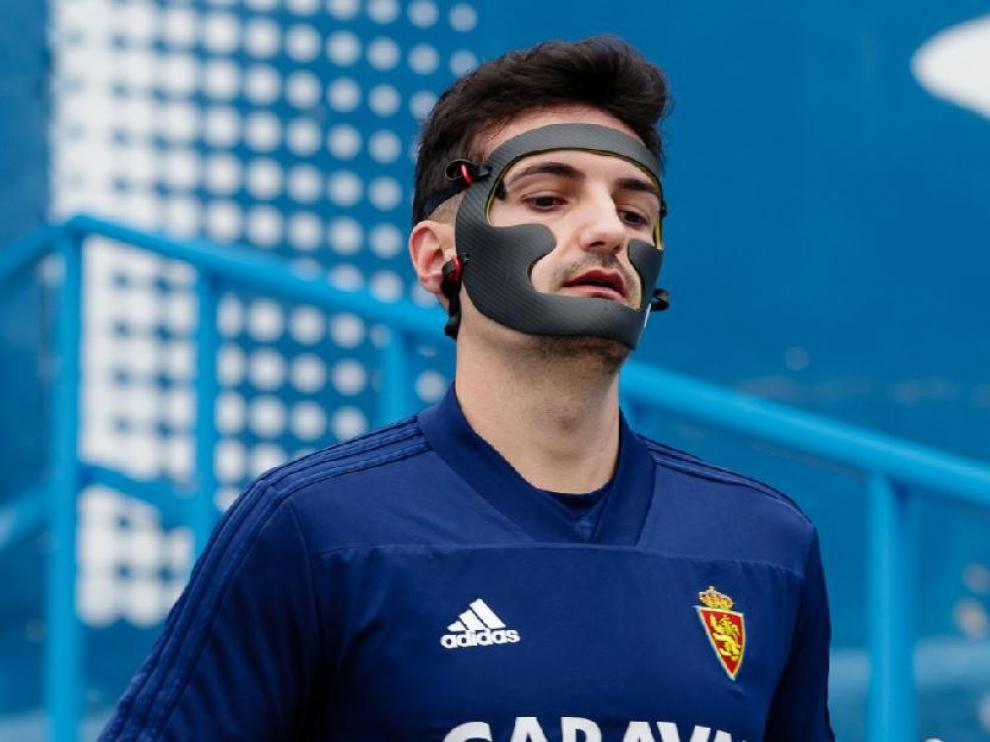 Álex Muñoz, con su máscara protectora, en un entrenamiento de la semana pasada.