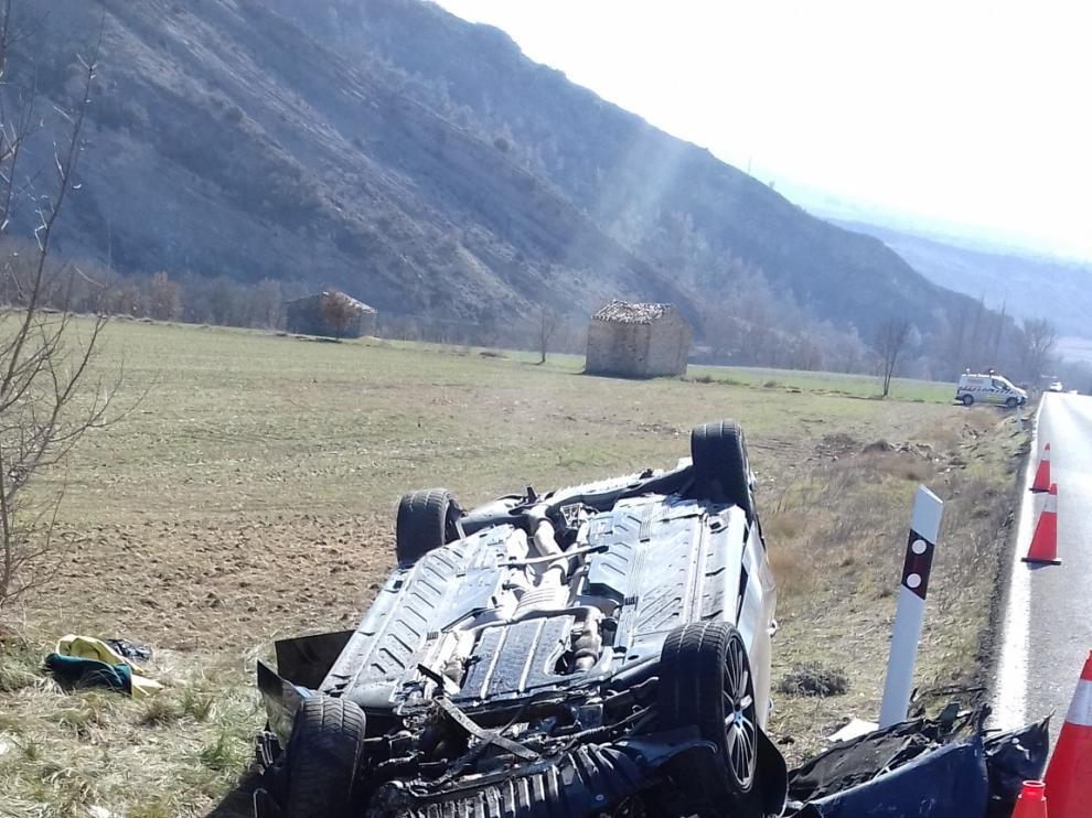 El vehículo ha quedado volcado sobre el techo junto a la carretera