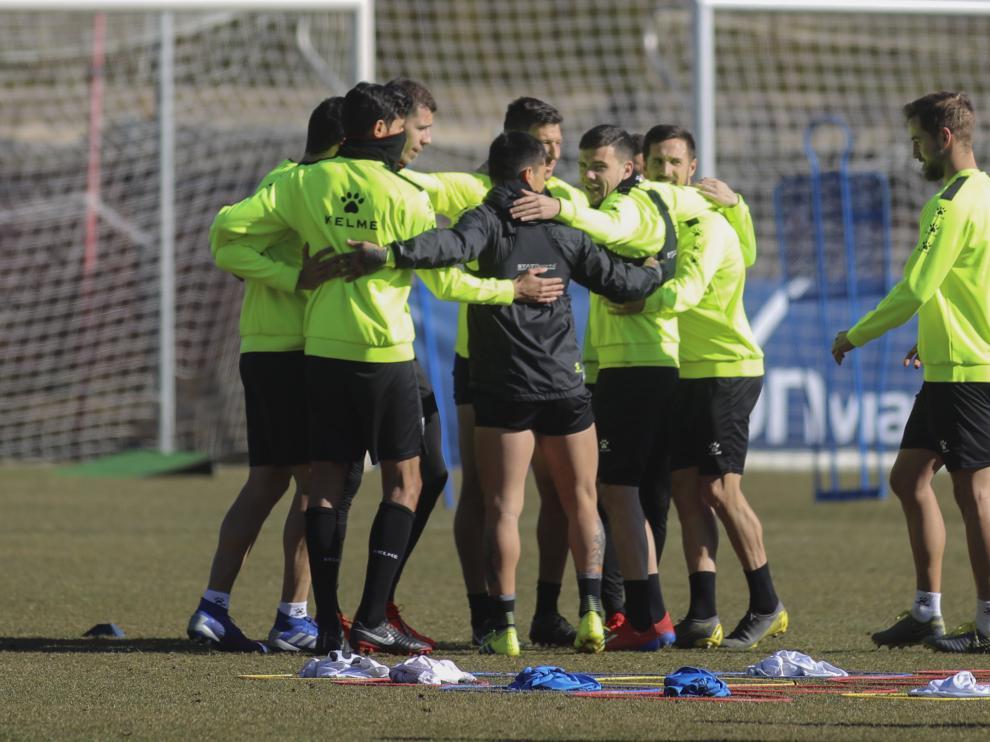 Los jugadores de la SD Huesca, reunidos durante un entrenamiento.