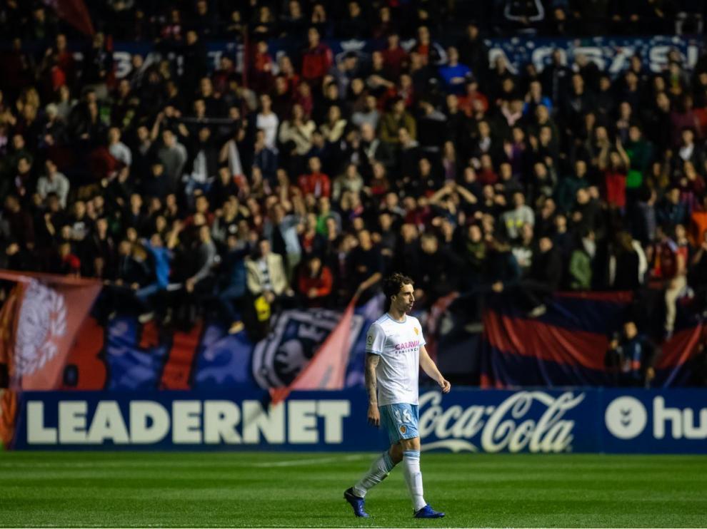 Eguaras, abatido, abandona El Sadar tras ser expulsado nada más iniciarse la segunda parte, aún con el 0-0 en el marcador.
