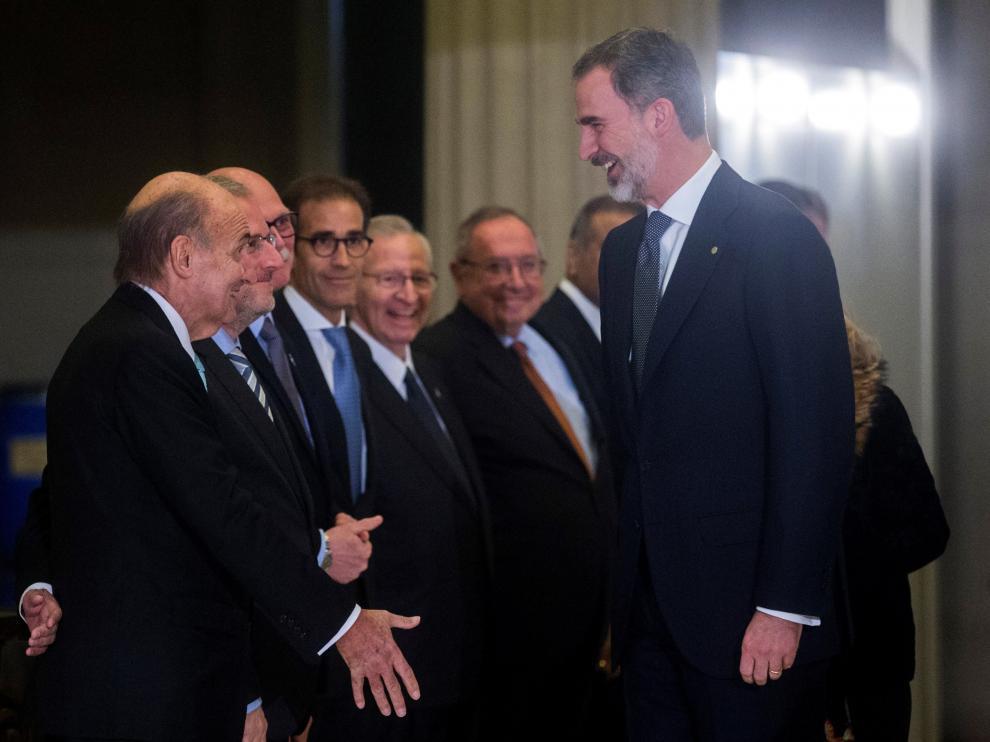 Felipe VI saluda a los asistentes en su llegada a la cena de inauguración del Mobile World Congress.